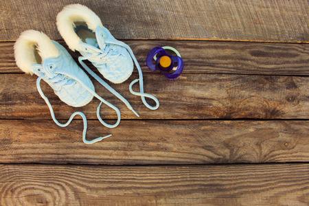 2018 nieuw jaar geschreven veters van kinderschoenen en fopspeen op oude houten achtergrond. Getinte afbeelding