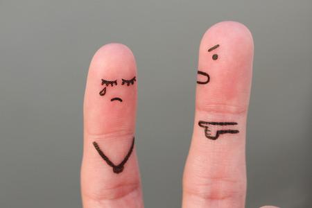 Sztuka palców rodziny podczas kłótni. Koncepcja męża krzyczy na żonę