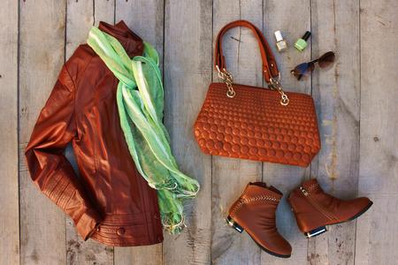 Damenbekleidung und Accessoires auf altem Holzhintergrund. Ansicht von oben. Flach liegen. Standard-Bild