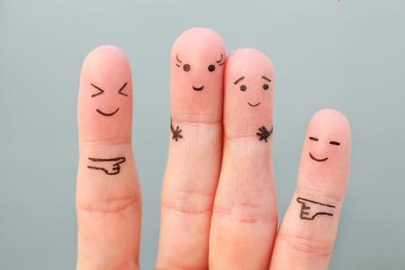 Arte de los dedos de las personas. Concepto mujer más alta que el hombre, riéndose de ellos.