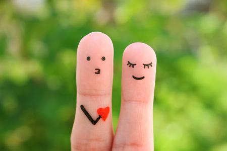 Fingerkunst des glücklichen Paares. Konzept des Mannes, der der Frau seine Liebe gesteht. Standard-Bild