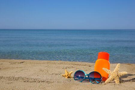 Summer women's accessories on the beach. Banco de Imagens - 131144852