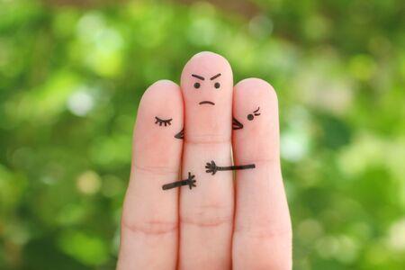 Finger kunst. Konzept von Mädchen küsst Jungen auf die Wange. Mann traurig, weil er nicht wusste, wen er wählen sollte. Standard-Bild