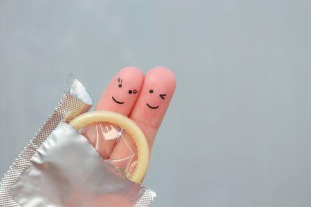 Fingerkunst des glücklichen Paares. Konzept des sicheren Sex.