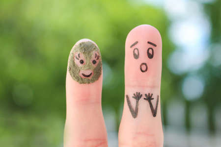 Fingers art of couple. Husband saw his wife with clay face mask and was afraid. Stockfoto