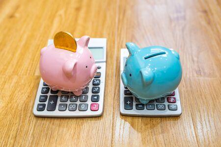 Ceramic piggybank on the calculator on wooden background Zdjęcie Seryjne