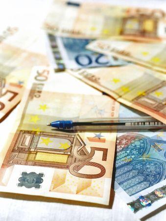 Les billets d'euro et un stylo Banque d'images