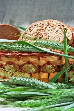 gramineous: Spicas of rye and bread slices in basket