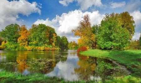 Bright automne, les arbres et les bateaux dans le parc