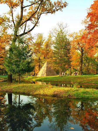 Nord de la pyramide pr�s de l'eau � l'automne parc