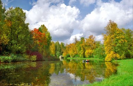 Picturesque automne �tang et deux bateaux