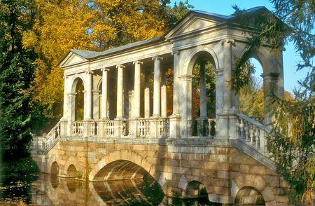 Marble pont dans le parc automne Banque d'images