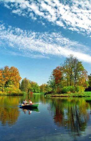 L'homme ramant dans le bateau � l'automne jours Banque d'images