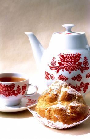 Biscuit, tasse de caf� et cafeti�re avec ornement rouge Banque d'images