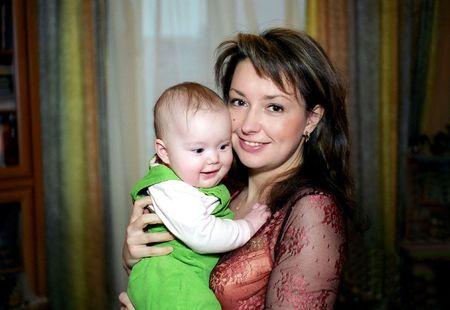 Bonne m�re et son enfant dans la salle de s�jour Banque d'images