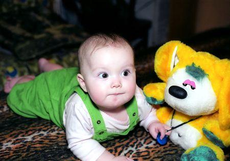 B�b� avec du jaune chinchilla jouet ressemble � quelque chose