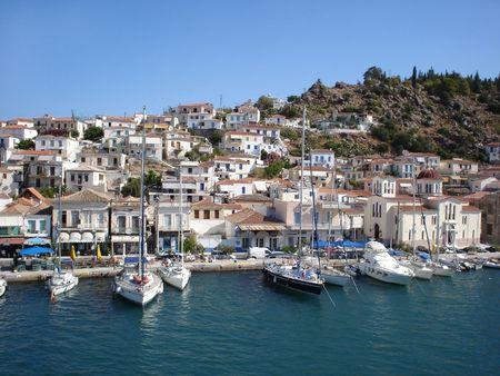 Poros et d'un quai du port avec des yachts Banque d'images