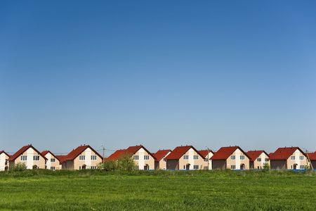 Nouveaux chalets � toits rouges et ciel bleu