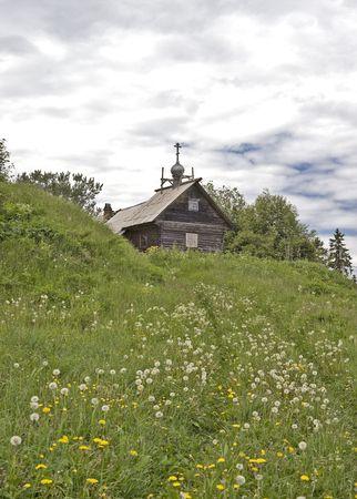 Small rural �glise en bois sur la colline