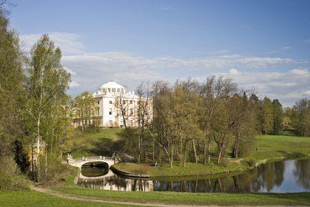 Vue du palais classique et de ponts dans le pittoresque parc