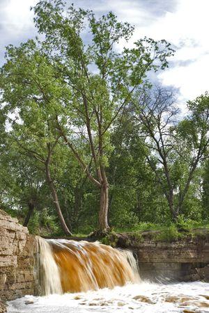 Fleeting eau d'une chute d'eau bruyante Banque d'images
