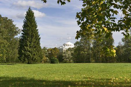 Les paysages magnifiques avec un b�timent classique, dans le parc Banque d'images