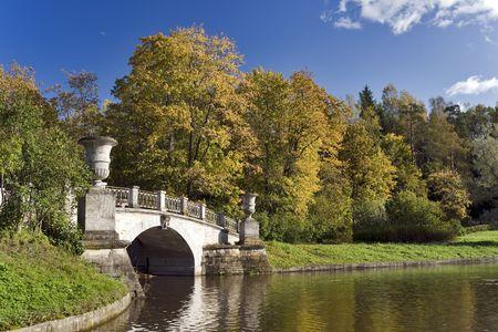 Pont classique dans le parc automne  Banque d'images