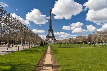 Tour Eiffel avis au printemps � travers le champ de Mars