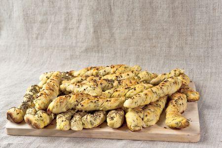 breadsticks: Palitos de pan sobre la plancha de madera