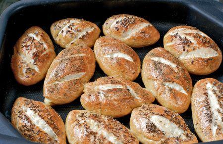 Petits pains avec linseeds et les graines de fenouil sur une plaque � biscuits Banque d'images