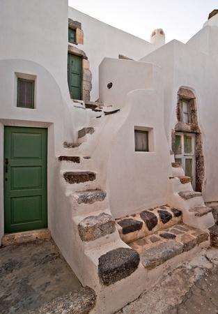 Casas de Pueblo con puertas verdes y escaleras en Santorini Foto de archivo - 13022151