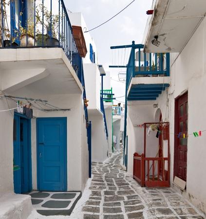 Mykonos rue avec des escaliers ext�rieurs color�es des maisons Banque d'images