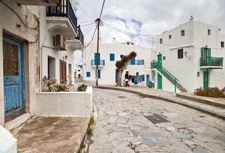 Mykonos calle con escaleras exteriores de las casas y balcones de colores Foto de archivo - 13558945