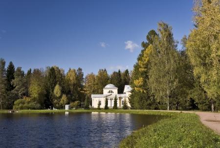 Pavillon classique avec coupole � c�t� de l'�tang en automne