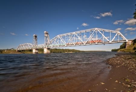onward: Puente ferroviario sobre el r�o tren que se mueve hacia adelante con Foto de archivo