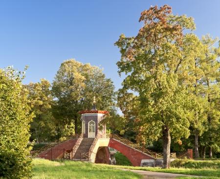 Traverser le pont-bascule avec le style de pagode pavillon sur elle � l'automne Aleksandrovsky parc