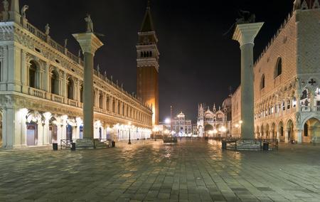 Piazza San Marco de nuit en hiver avec San Theodor et San Marco colonnes devant