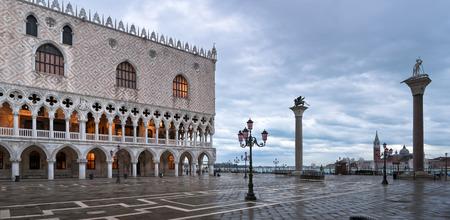 Piazza San Marco en hiver matin avec le Palazzo Ducale, S Theodor et colonnes S Marco