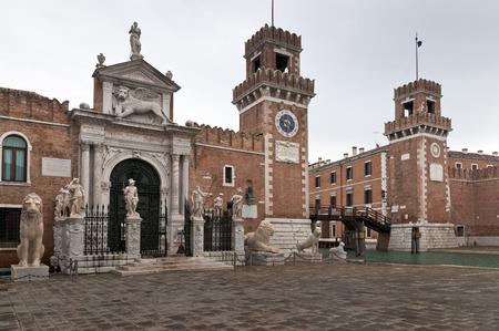 Entr�e Arsenal de Venise avec des tours, canal et sculptures voir en hiver
