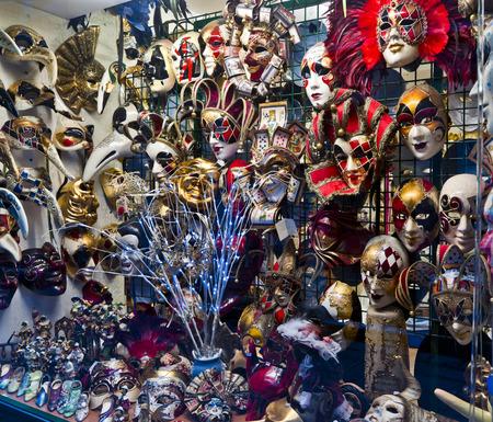 Des masques et des attributs � Venise boutique de souvenirs de carnaval Editeur