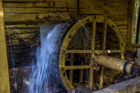 molino de agua: Working watermill wheel with falling water in the village in Voronezh Region