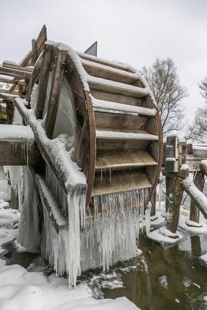 molino de agua: Rueda del Antiguo molino de agua cubierto con los carámbanos en Krasnikovo, región de Kursk Foto de archivo