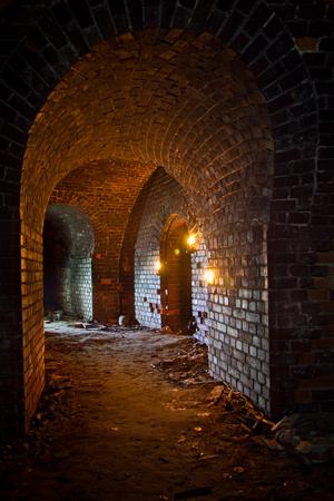 ランタンとキャンドルに照らされた古いドイツの要塞下ダンジョン 写真素材