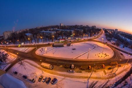 Traffico circolare. Vista di paesaggio urbano di inverno di notte di Voronezh