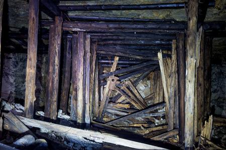 Colapso na mina com acessórios de madeira Foto de archivo