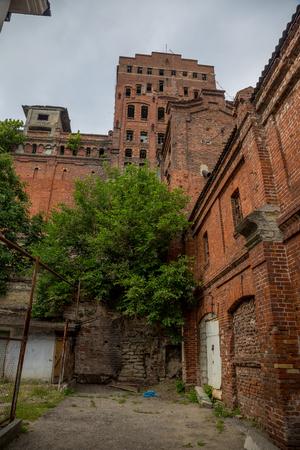 Antiguo elevador de grano de ladrillo rojo abandonado en Novorossiysk