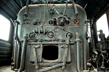 Old abandoned rusty steam locomotive interior 免版税图像 - 85841827