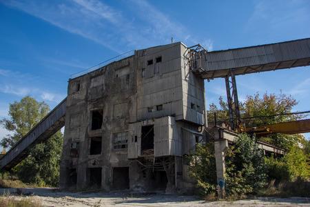 Verlaten fabriek van gewapend beton.