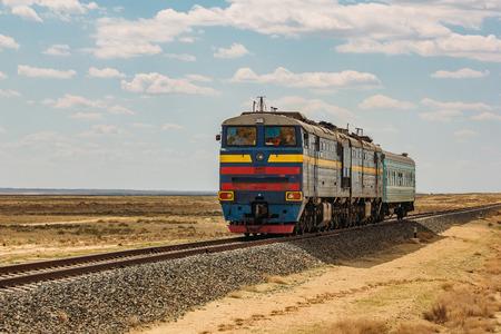 기관차 열차가 사막을 통과하고 있습니다. 스톡 콘텐츠