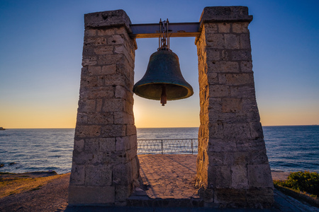 Famous Hersones bell on the Black sea coast at sunset, Sevastopol, Crimea Standard-Bild